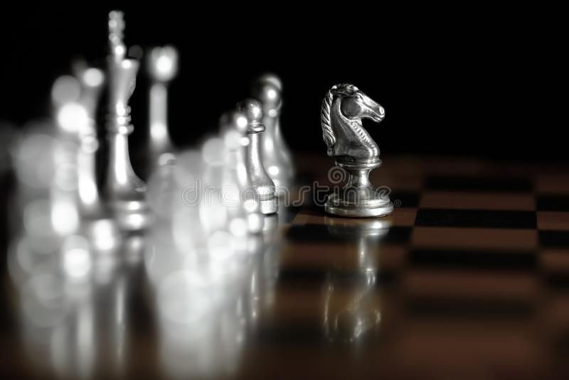 Stycken p? schackbr?det f?r att spela leken och strategi royaltyfri fotografi