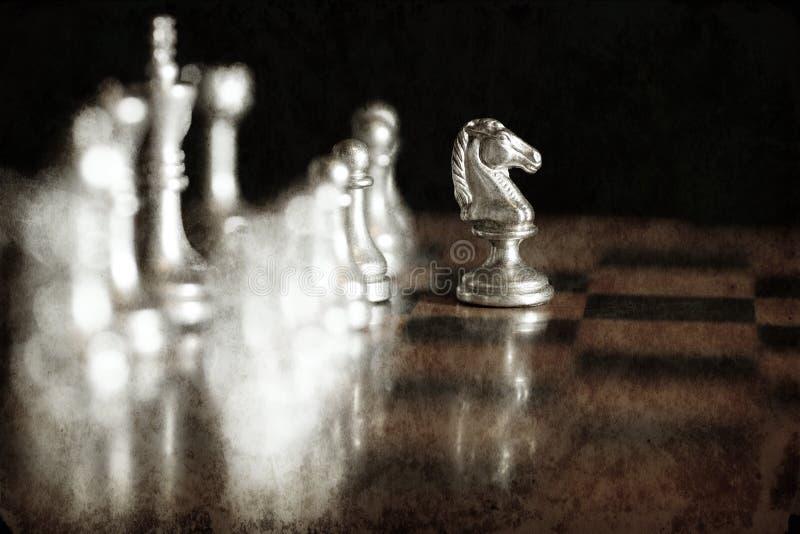 Stycken p? schackbr?det f?r att spela leken och strategi royaltyfri foto