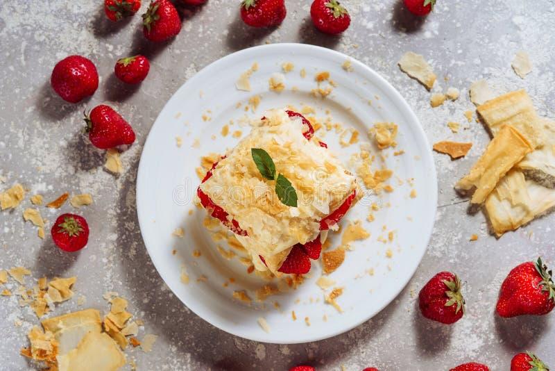 Stycket av Napoleon Cake med jordgubbelägenheten lägger arkivbild