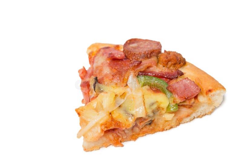 Stycket av smaklig välsmakande pizza med skivade grönsaker isolerade nolla royaltyfri bild
