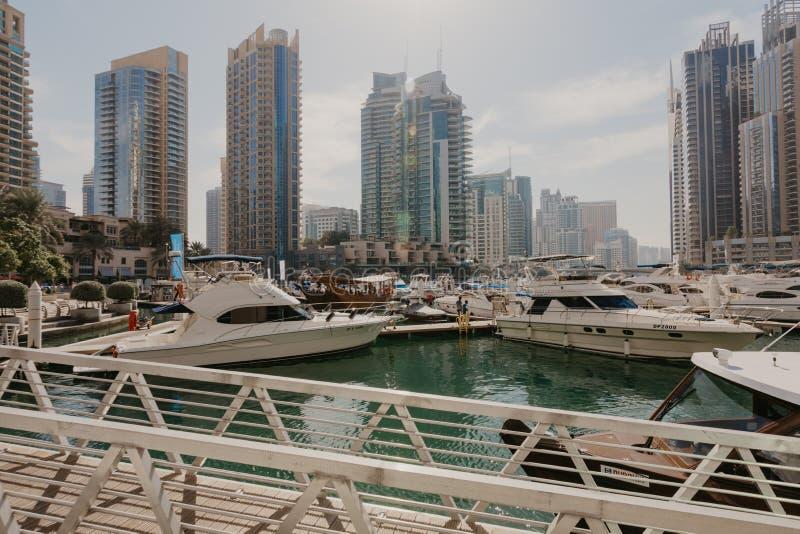 Styczeń 02, 2019 Panoramiczny widok z nowożytnymi drapaczami chmur i wodnym molem Dubaj Marina, Zjednoczone Emiraty Arabskie obrazy royalty free