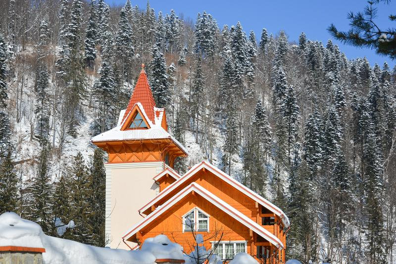 Styczeń 33c krajobrazu Rosji zima ural temperatury Drewniana chałupa zakrywająca z śniegiem przeciw backg zdjęcia stock