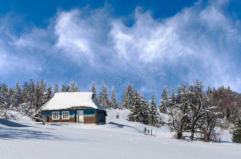 Styczeń 33c krajobrazu Rosji zima ural temperatury Osamotniona chałupa na tle zima las fotografia royalty free