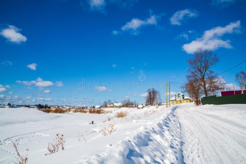 Styczeń 33c krajobrazu Rosji zima ural temperatury wieś Prości śnieżni opona ślada - portret słoneczny dzień błękitne niebo białe fotografia stock