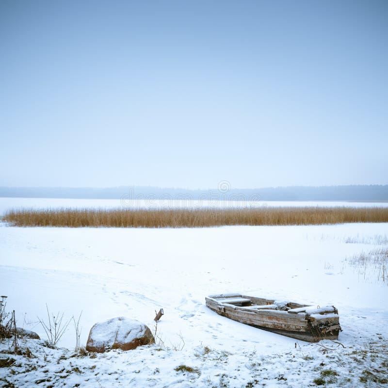 Styczeń 33c krajobrazu Rosji zima ural temperatury Zamarznięta łódź na jeziorze obraz stock