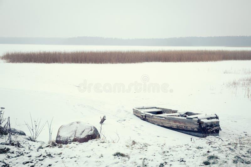 Styczeń 33c krajobrazu Rosji zima ural temperatury Zamarznięta łódź na jeziorze zdjęcie stock