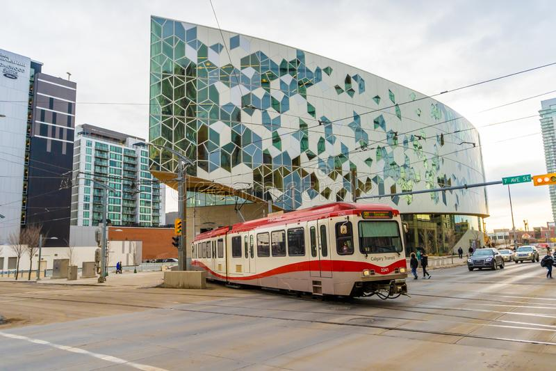 Styczeń 11 2019, Calgary Alberta, Calgary, - transportu LRT Taborowy używa tunel pod nową Calgary biblioteką publiczną obrazy royalty free
