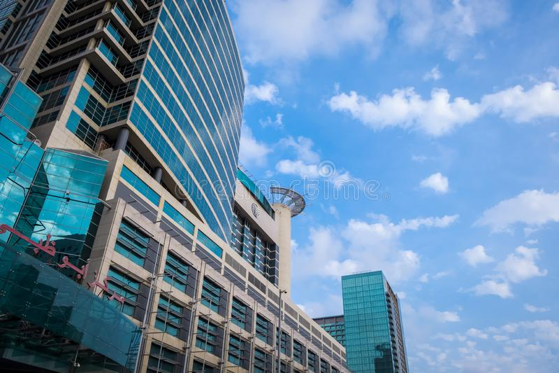 28 Styczeń, 2018: Fasada Abu Dhabi centrum handlowe Przeciw Chmurnemu niebu, A zdjęcia royalty free