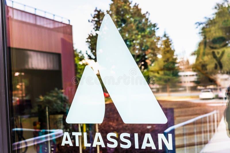 styczeń 12, 2020 Mountain View / CA / USA - logo Atlassian w ich siedzibie głównej w Dolinie Krzemowej; Atlassian Corporation Plc zdjęcia royalty free