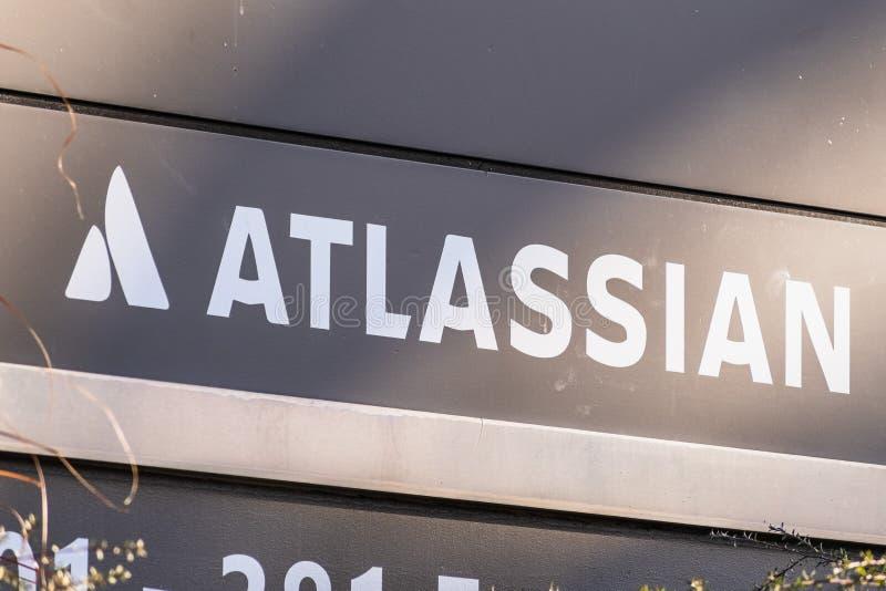 styczeń 12, 2020 Mountain View / CA / USA - logo Atlassian w ich siedzibie głównej w Dolinie Krzemowej; Atlassian Corporation Plc obraz stock