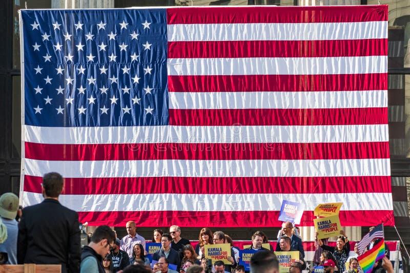 Styczeń 27, 2019 Oakland, CA, usa/- Wielka flaga amerykańska przy kamalą Harris dla prezydenta kampania wodowanie wiecu zdjęcie stock