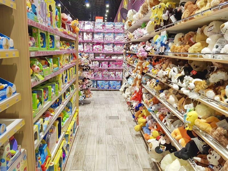 Styczeń 25, 2018 Ukraina, Kijów sklepowe miękkie zabawki, kolorowi dziecka ` s produkty w centrum handlowym zdjęcie stock