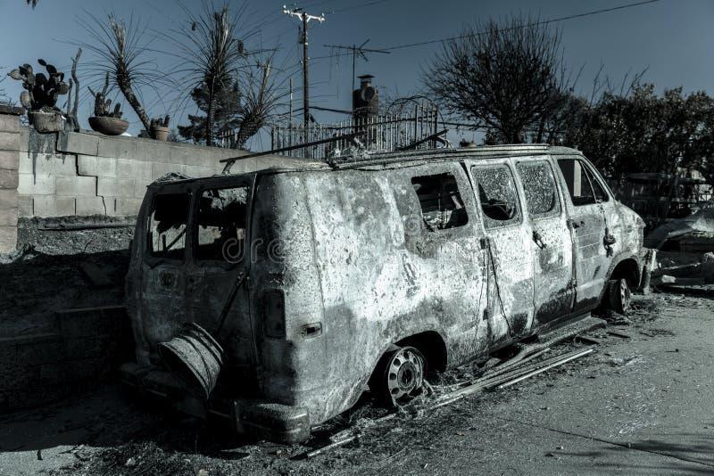 STYCZEŃ 2018, VENTURA KALIFORNIA - Zniszczeni homesand samochody od 2018 Thomas Pożarniczego z pogórze drogi Palący, okręg admini zdjęcie stock