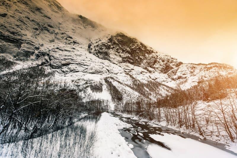Download Styczeń 33c Krajobrazu Rosji Zima Ural Temperatury Zdjęcie Stock - Obraz złożonej z śnieg, góry: 53790268