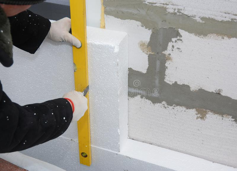 Stycznik instaluje sztywno styrofoam deski izolację na dom ścianie dla energooszczędnego fotografia royalty free