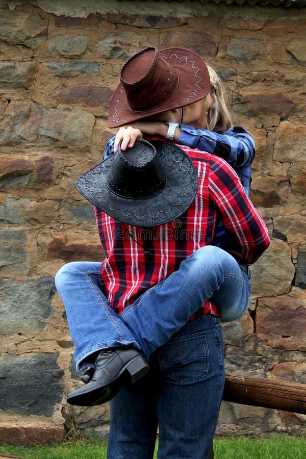 Stygg cowgirlkyss arkivbild