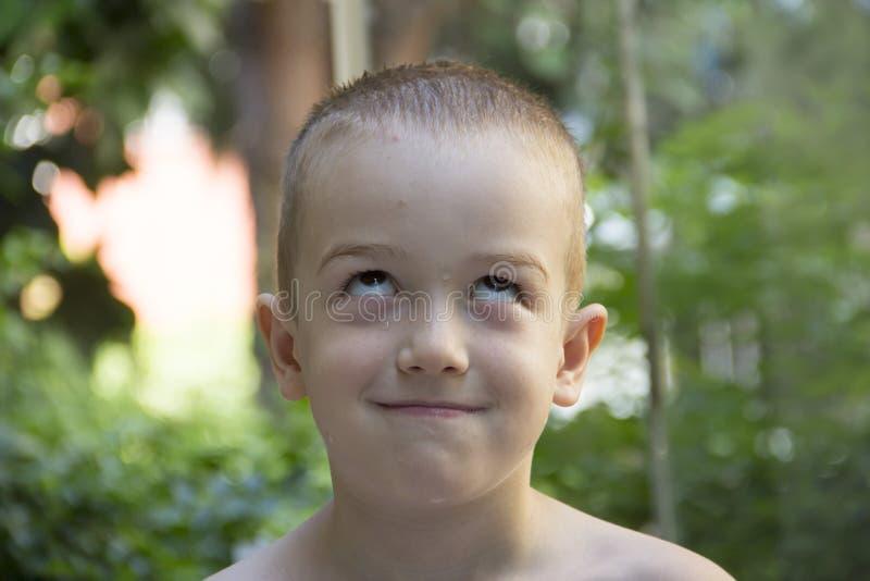 Stygg pojke som ser upp fotografering för bildbyråer