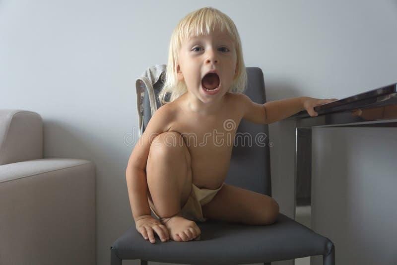 styggt barn arkivfoton