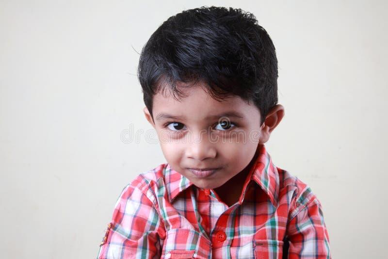 styggt leende för pojke arkivfoto