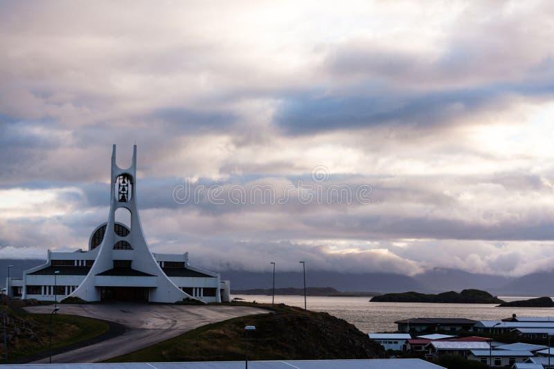 Stykkisholmskirkja (1990), en av de många isländskakyrkorna royaltyfri foto