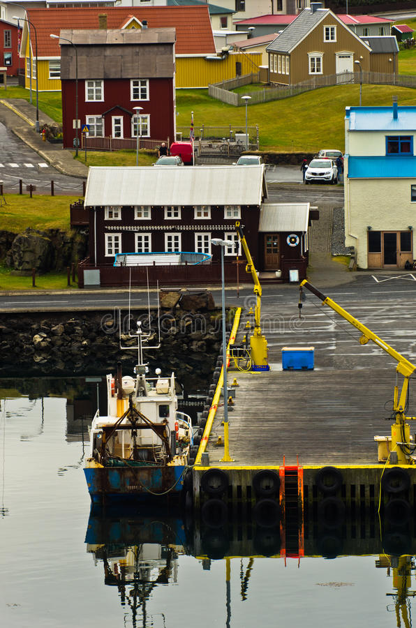 Stykkisholmur港口在有都市风景的西部冰岛海湾在背景中 免版税库存图片