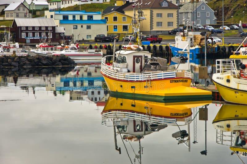 STYKKISHOLMUR, ISLAND - 4. SEPTEMBER 2015: Stykkisholmur-Hafen im isländischen Westfjord mit Stadtbild im Hintergrund stockfotografie