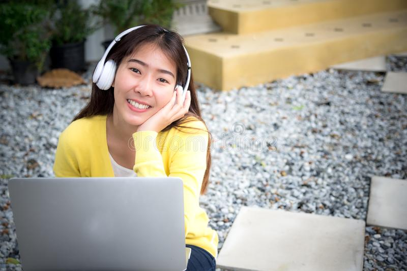 Styl życia dziewczyna cieszy się słuchającego muzyki i sztuki laptop w natura parku zdjęcie stock