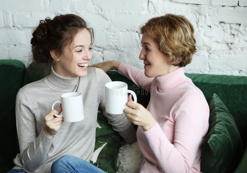 Styl życia i ludzie pojęć: Dwa kobiet piękna matka i d zdjęcia stock