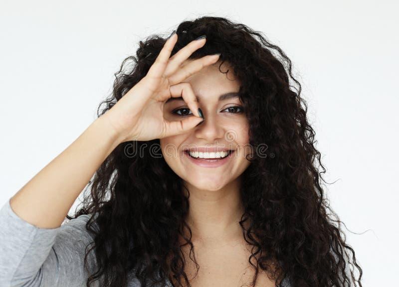 Styl życia, język ciała, emocja i ludzie pojęć: piękny radosny żeński ono uśmiecha się obrazy royalty free