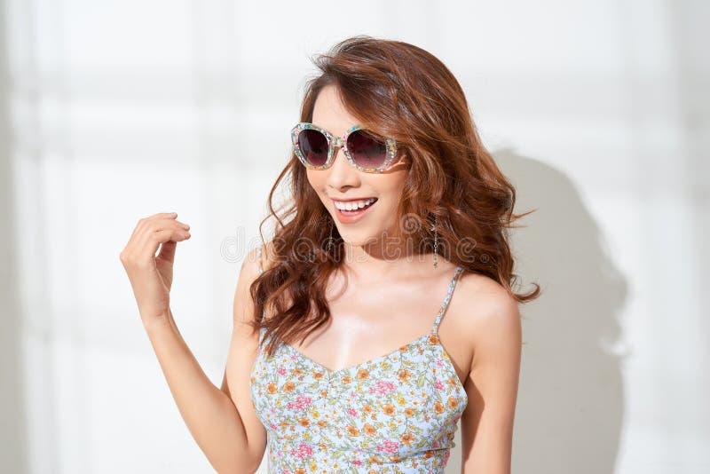 Styl życia mody portret zmysłowa piękna młoda azjatykcia kobieta ma zabawę ono uśmiecha się dosyć zdjęcie royalty free