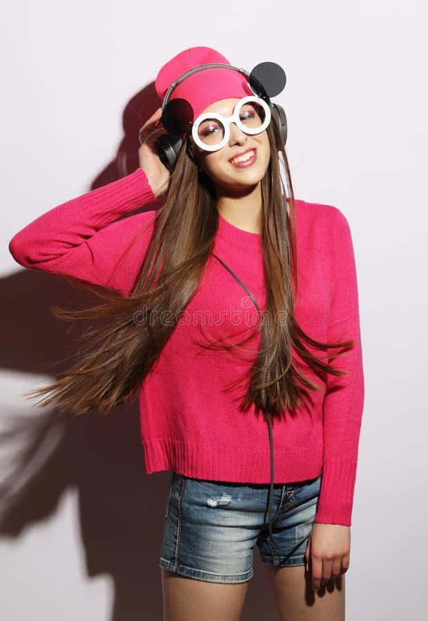 Styl życia, piękno i ludzie pojęć: Młoda śliczna uśmiechnięta dziewczyna jest ubranym różowego pulower i śmiesznych okulary przec zdjęcia stock