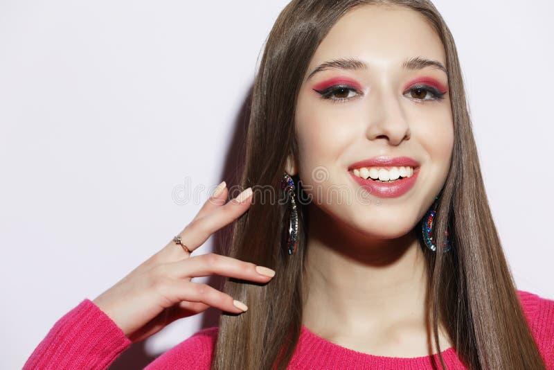 Styl życia, piękno i ludzie pojęć: Młoda śliczna uśmiechnięta dziewczyna jest ubranym różowego pulower zdjęcia royalty free