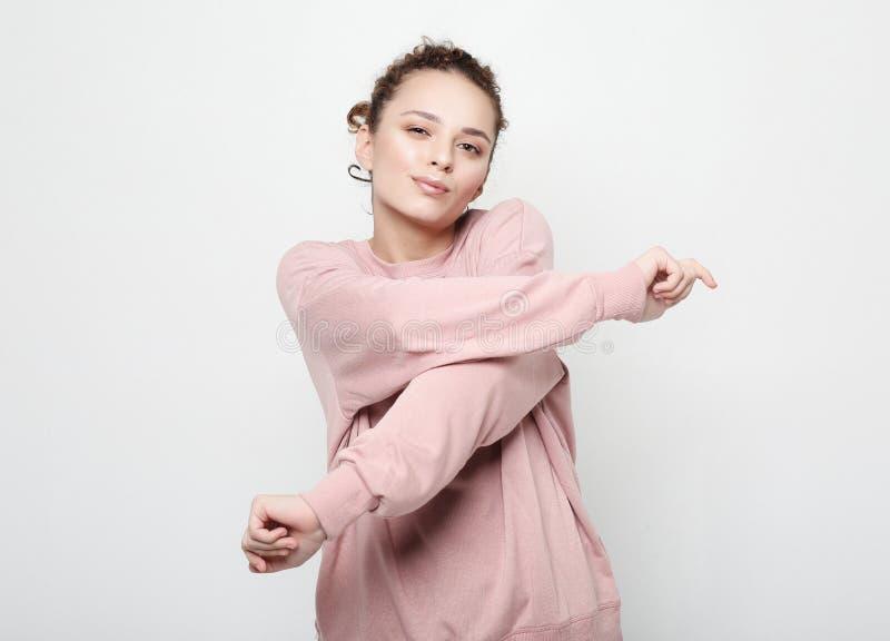 Styl życia, piękno i ludzie pojęć: Młoda śliczna uśmiechnięta kędzierzawa dziewczyna jest ubranym menchii ubrania obrazy stock