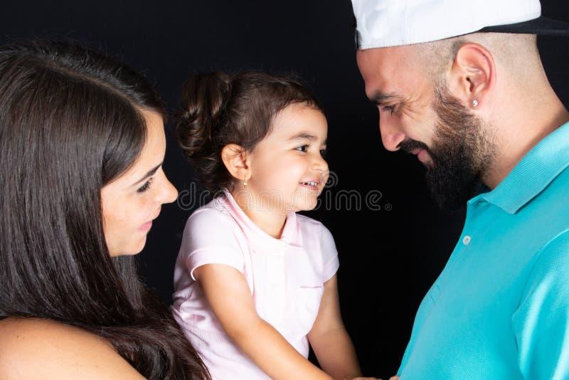 Styl życia portreta rodzinny uśmiech szczęśliwy i śliczny w czarnym tle obraz royalty free