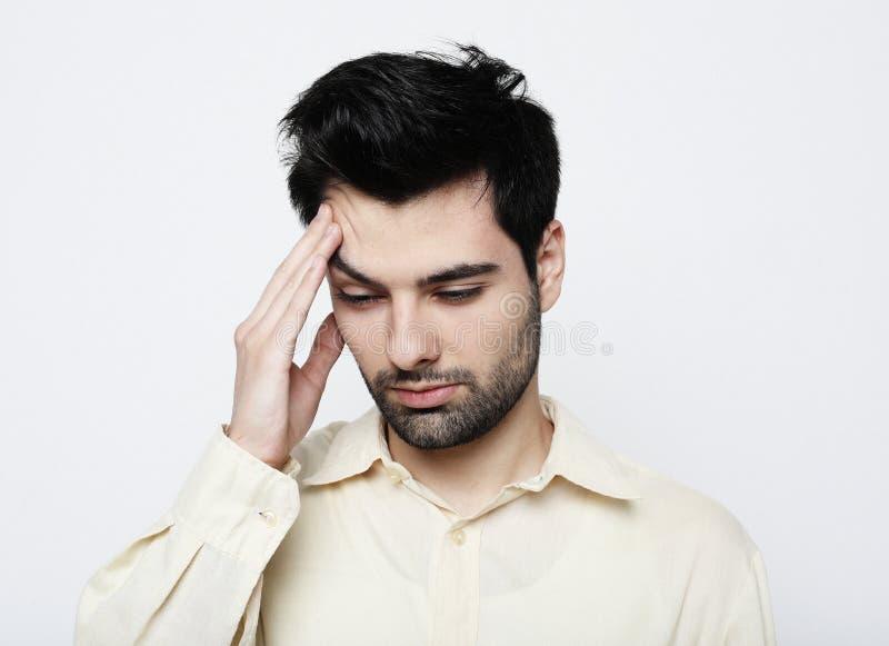 Styl ?ycia, zdrowie i ludzie poj??, - Przystojny m?odego cz?owieka cierpienie od migreny, zako?czenie w g?r? zdjęcia stock