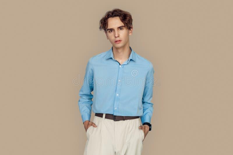Styl dowolny Przedsiębiorca w formalnym ubraniu stojący samotnie na szarych rękach w kieszeniach pozornych obraz stock