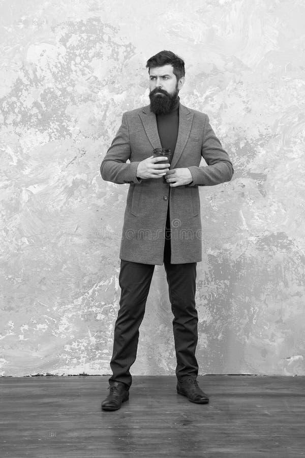 Styl i inteligencja Człowiek przystojny brodaty biznesmen nosi luksusowy kombinezon Koncepcja menswear i moda Gość zdjęcie stock