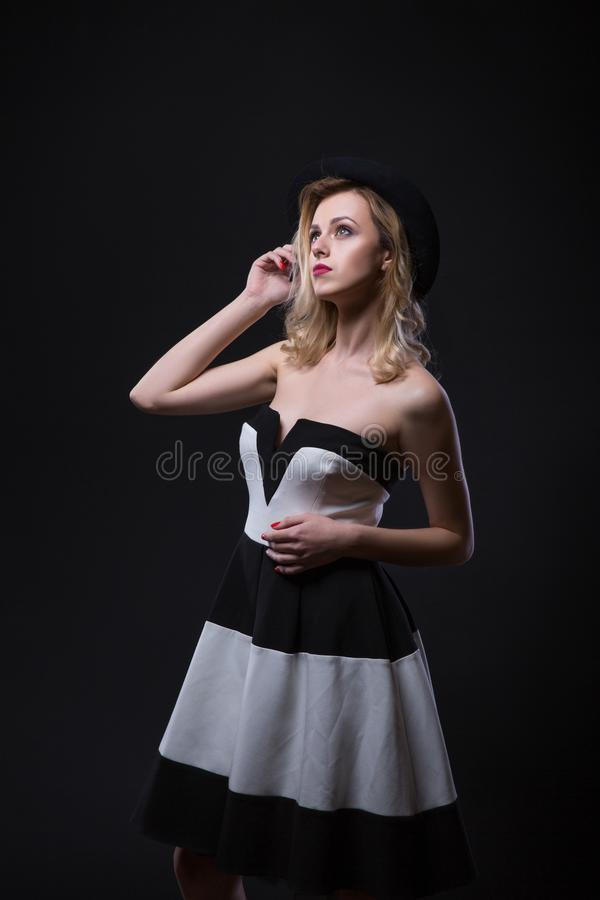 styl retro Fasonuje pełnego portret Piękna Młoda Seksowna kobieta w czarny i biały pasiastej sukni obraz royalty free