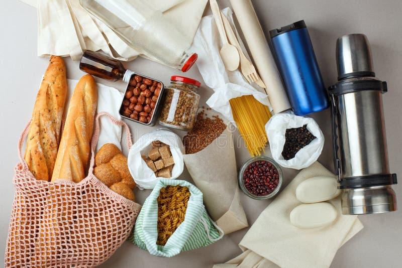 Style à la maison de rebut nul - nourriture biologique dans des bacs à vidange zéro, des sacs nets, des sacs de coton et des pots images stock