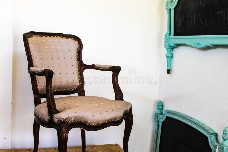 Style antique élégant de Chambre de fauteuil de cru images libres de droits