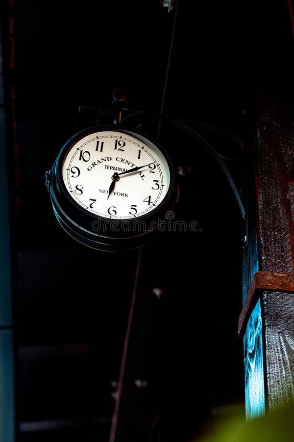 Style antique accrochant d'horloge de vintage images stock