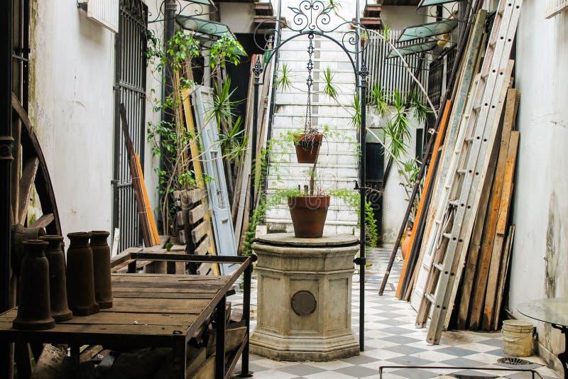 Style architectural d'Arhitecture de patio de puits de cru photos libres de droits