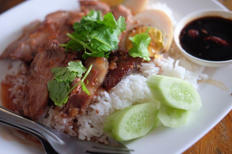 Style chinois de porc de ventre rôti par riz rouge de porc photos libres de droits