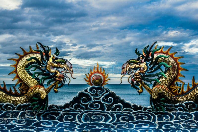 Style chinois de statue de dragon sur le toit dans le temple photographie stock