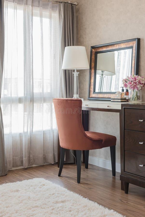 Style classique de lampe blanche avec le vase de la fleur sur la coiffeuse W photo stock