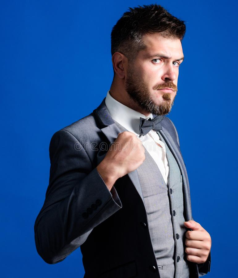 Style classique esthétique Le costume parfait l'a adapté Magasin de vêtements d'homme L'homme ajustent le costume avec le noeud p image libre de droits