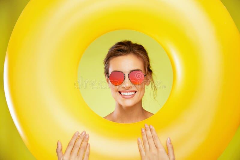 Style d'été Femme dans des lunettes de soleil de mode images stock
