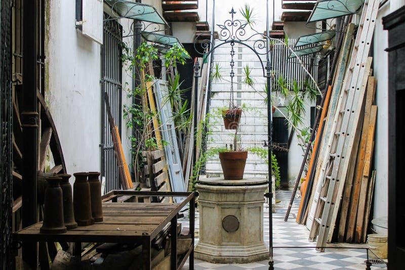 Style d'architecture de patio de puits de cru espagnol photos libres de droits