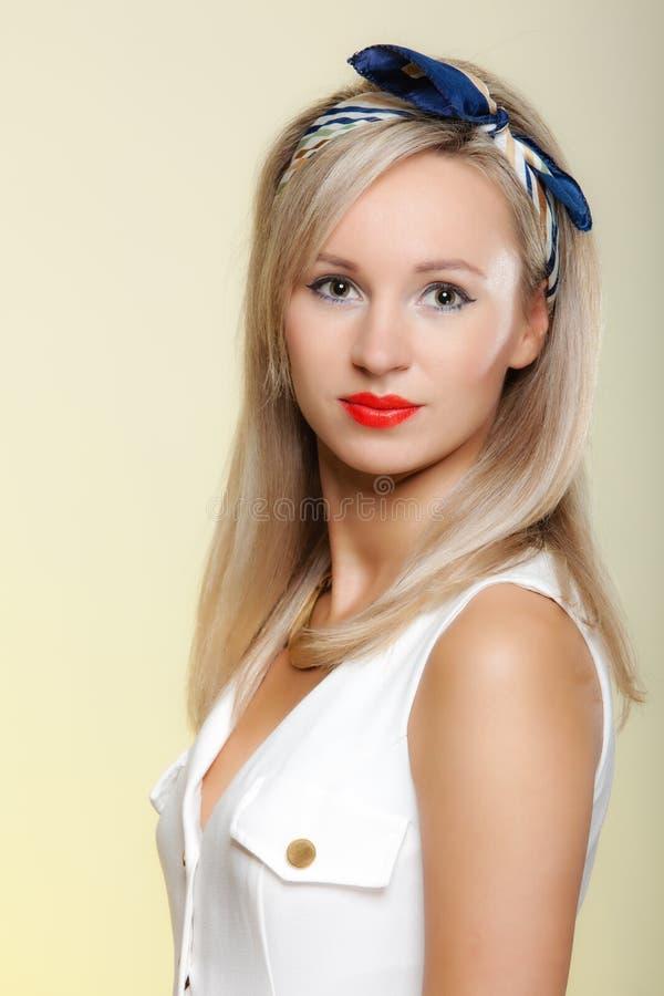 Style de belle fille de pin-up blonde de femme de portrait rétro images stock