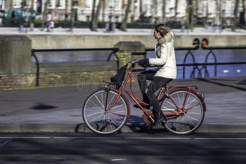 Style de la vie néerlandais - jeûnent le tour dans l'avant le canal image stock